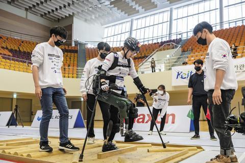 지난 13일 대전 카이스트에서 열린 '사이배슬론 2020 국제대회'에서 이주현 선수가 '워크온슈트4'를 착용하고 험지 코스를 통과하고 있다. /대전=조현호 객원기자