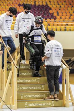 이주현 선수가 네 번째 코스인 계단에서 내려 오고 있다. 선수의 관절에 밀착된 모터가 무릎과 발목을 구부릴 수 있도록 도와준다.